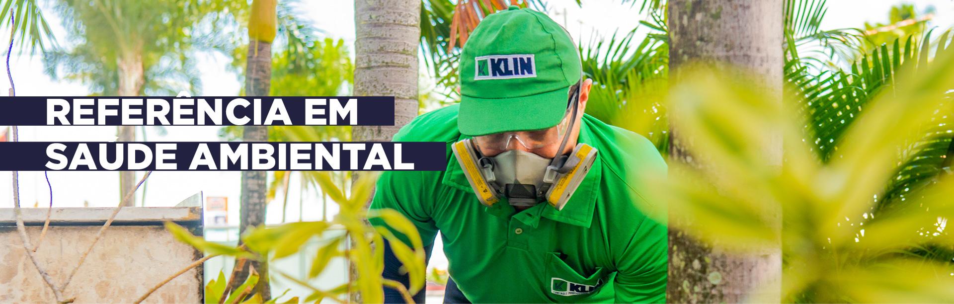 Profissional Klin em serviço ao lado do texto Referência em saúde ambiental