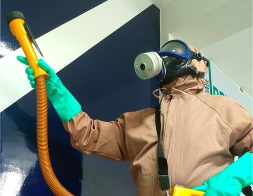 Profissional da Klin realizando sanitização
