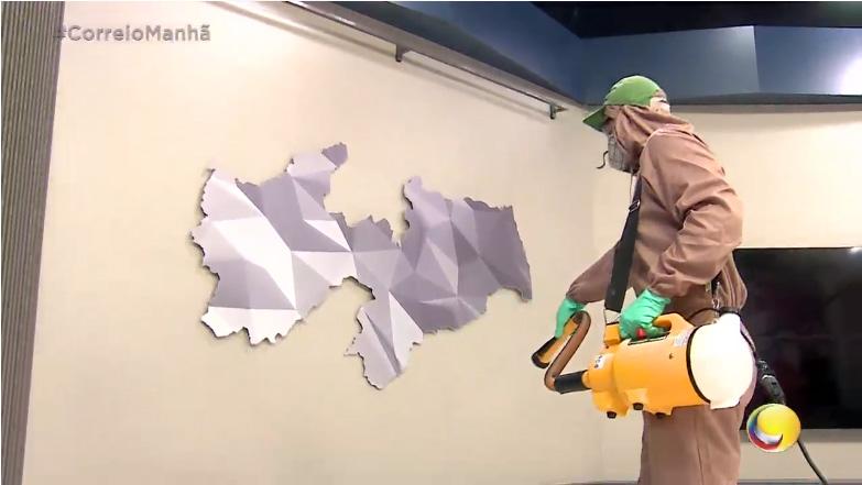 Profissional Klin fazendo sanitização na TV Correio